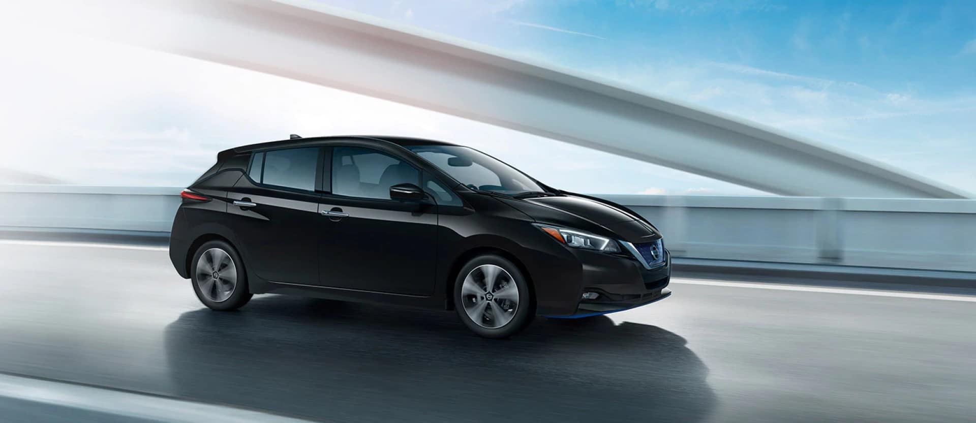 Nissan_LEAF_Driving_In_CIty_Day