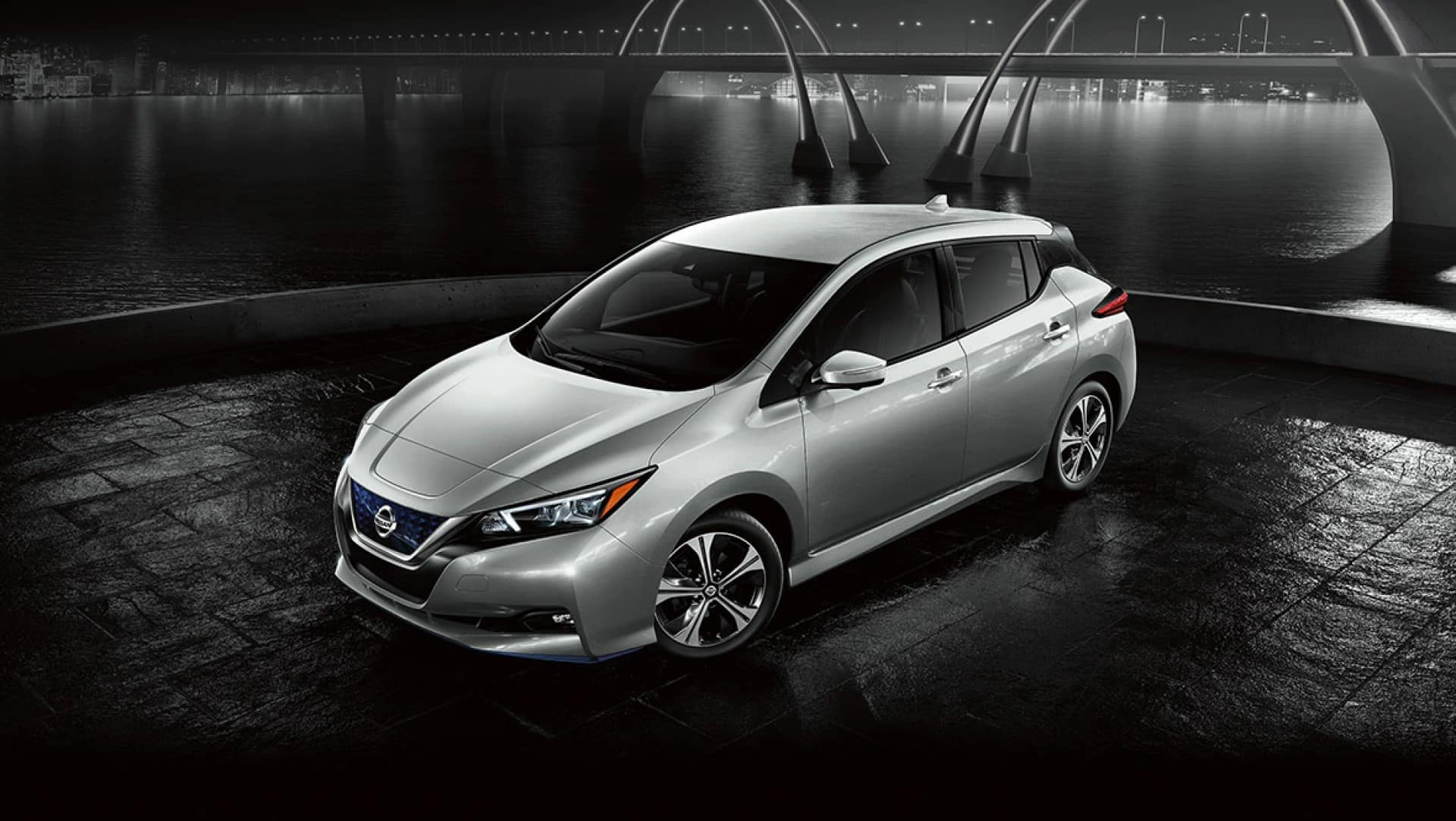 Nissan_LEAF_Parked_At_Night