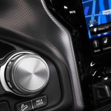 2019-Ram-1500-rotary-E-Shifter-and-touchscreen