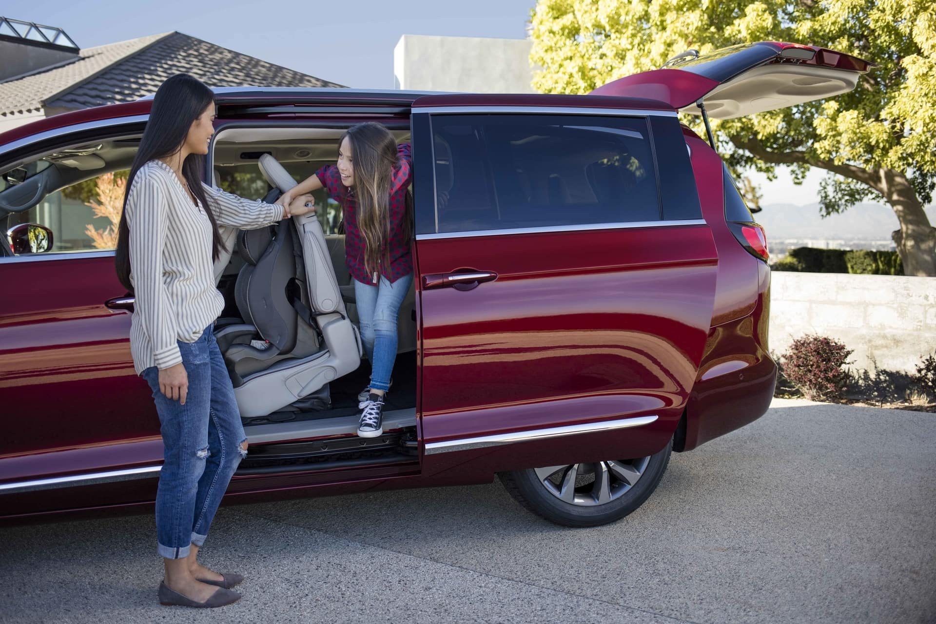 2019 Chrysler Pacifica Child getting out of van